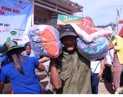 Trao tặng hơn 400 phần quà cho bà con tỉnh Khánh Hòa